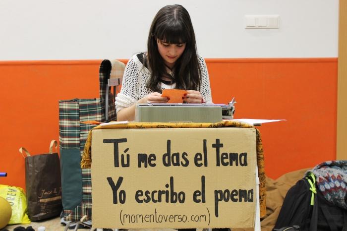 Raquel leyendo su 'La ilusión de las primeras veces'