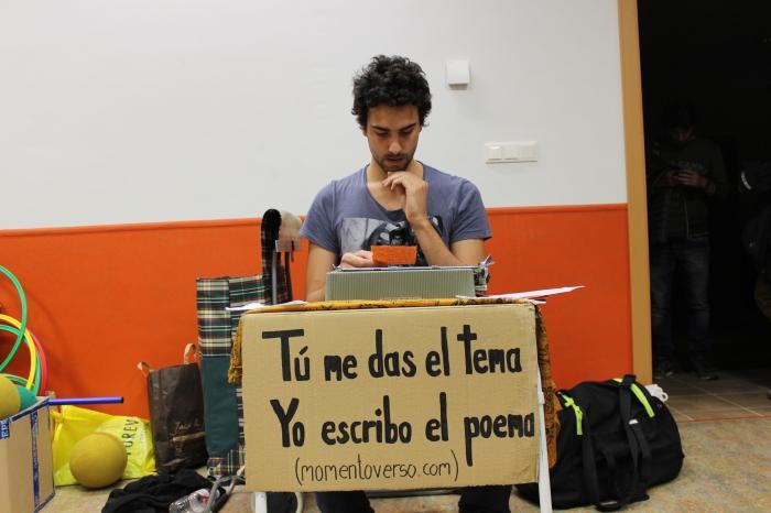 Alejandro leyendo su 'La Piscina estaba...vacía'.